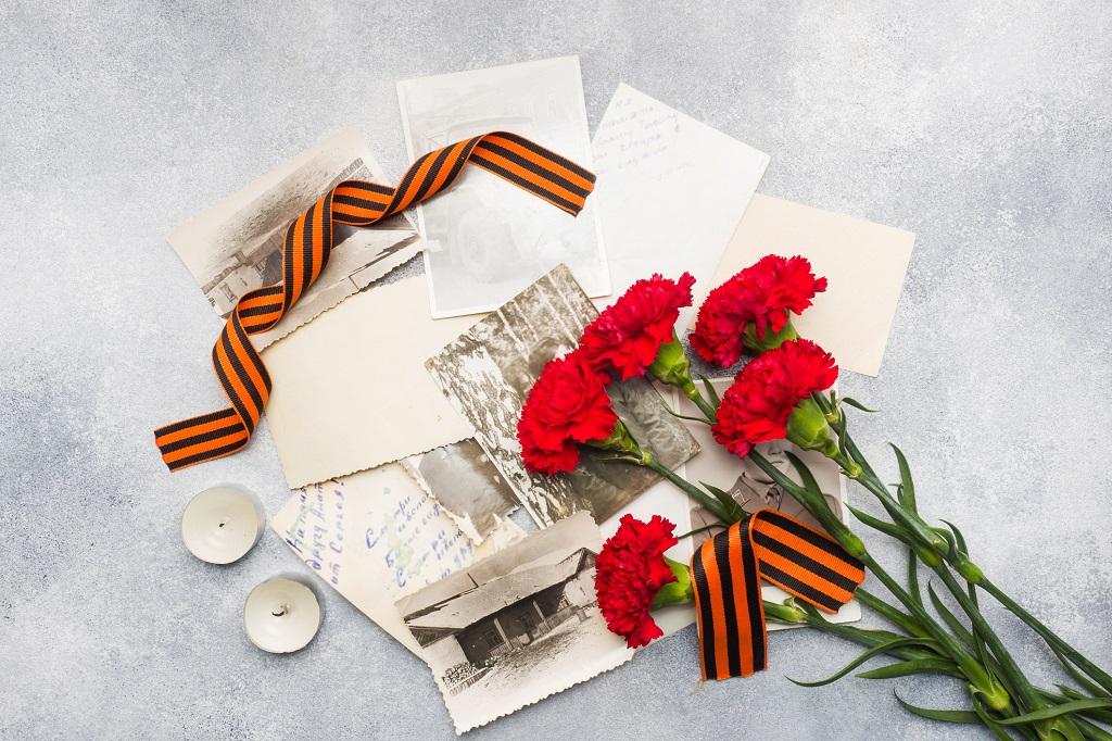 Blume mit Postkarten und alten Fotos